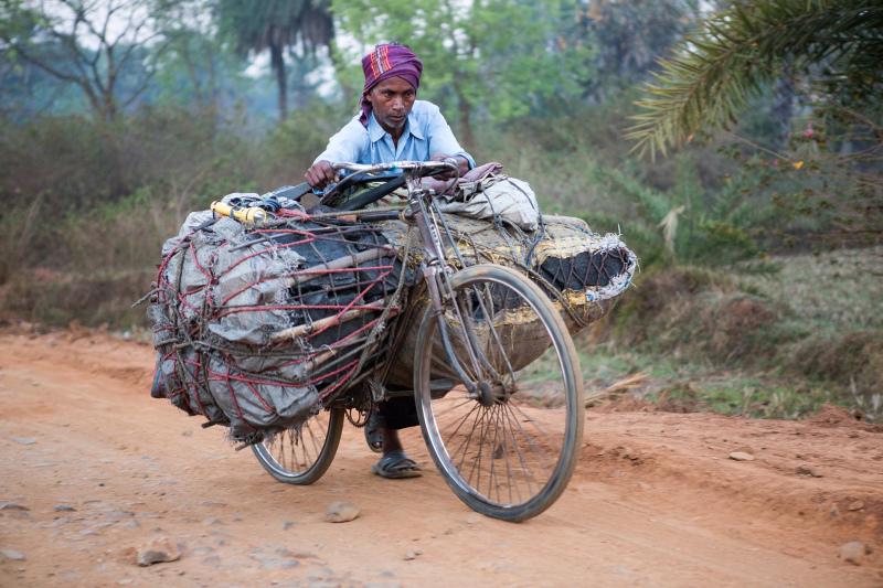 Menschen transportieren mit ihren Fahrrädern Kohlen in der Nähe von Karon, Jharkhand in Indien Die Aufnahmen wurden am 7.3.2013 in der Nähe von Dumka in Karon/Indien erstellt.