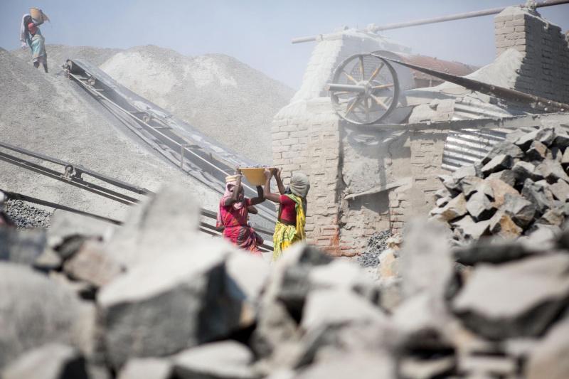 Menschen im Steinbruch bei der haten Arbeit, fast nur Frauen. Die Aufnahmen wurden am 7.3.2013 in der Nähe von Dumka in Karon/Indien erstellt.