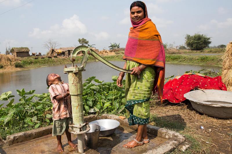 Dorfbewohner eines kleines Dorfes bei Birgunj in Nepal. Karuna Bhawan - Das Haus des Mitgefühls - in Birgunj in Nepal. Hier finden HIV-infizierte Menschen einen Platz zum Wohnen (für kurze Zeit, bis es ihnen besser geht, meistens 3 Wochen) sowie ärztliche und medikamentöse Unterstützung. Die Arbeit wird unterstützt von der Jesuitenmission aus Nürnberg, Deutschland. Die Fotos wurden aufgenommen zwischen dem 12.2.2013 und 18.2.2013