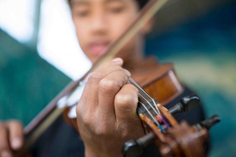 Die Gandhi Ashram Schule i Kalimpong in Indien. Hier liegt der Fokus auf dem Musikunterricht und speziell dem Geigenunterricht. Die Schule ist kostenlos und wurde gegründet um für die ärmsten Kinder des Bergdorfes im Nordosten Indiens eine Schulausbildung zu gewährleisten.