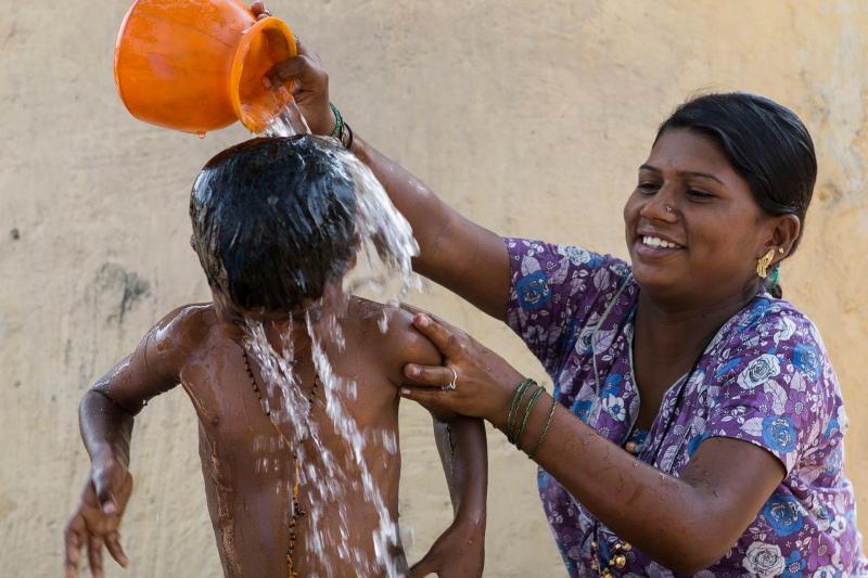 Dalits Töchter, die auf die St. Xavier`s Schule in Manvi gehen, bei Ihren ELtern im ca. 20 km entfernten Dorf. In Manvi, Pannur und den umliegenden Dörfern im Süden Indiens leben hauptsächlich Familien der Kastenlosen, der so genannten Unberührbaren. Sie selbst nennen sich Dalits. Sie werden noch immer von vielen Kastenangehörigen diskriminiert und sind aus der Gesellschaft ausgeschlossen. Ihre Kinder haben ohne Bildung keine Chance auf ein anderes Leben.Die Arbeit der Jesuiten wird unterstützt von der Jesuitenmission aus Nürnberg, Deutschland. Die Fotos wurden aufgenommen von Christian Ender im März 2013
